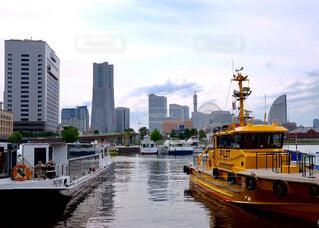 黄色のボートが水の体の横にドッキング - No.724818