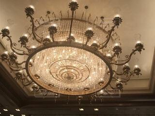 天井からぶら下がっているシャンデリアの写真・画像素材[1730678]
