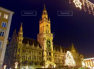 夜の街にそびえる大きな時計塔の写真・画像素材[1746565]
