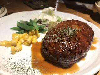 肉と野菜をトッピング白プレートの写真・画像素材[1719459]