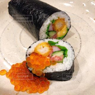 皿の上の寿司の写真・画像素材[2941332]