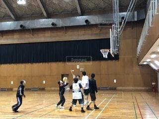 バスケット ボールのコートに立っている人々 のグループの写真・画像素材[1721939]