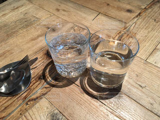 木製テーブルの上のガラスのコップの写真・画像素材[1721204]