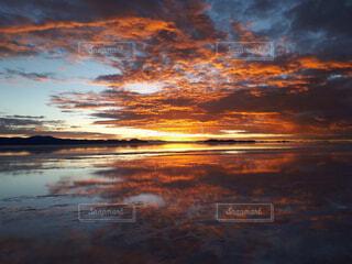 ウユニ塩湖の朝日の写真・画像素材[1721449]