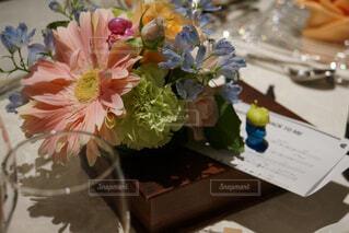 テーブルの上の花の花瓶の写真・画像素材[1723085]