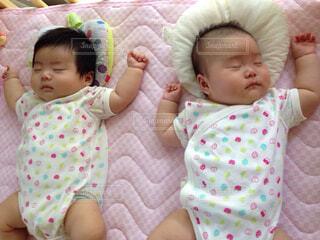 双子赤ちゃんお昼寝の写真・画像素材[1721424]