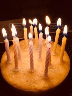 キャンドルとバースデー ケーキの写真・画像素材[1722760]