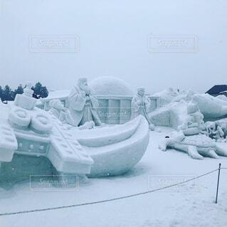 雪の中で座っている人々 のグループの写真・画像素材[1801600]
