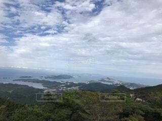 背景の山と水の大きな体の写真・画像素材[1723435]