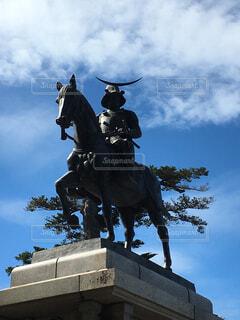 馬に乗りながら空気を通って飛んで男の写真・画像素材[1753680]
