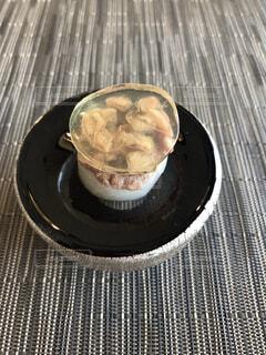 テーブルの上に食べ物のプレートの写真・画像素材[1724372]