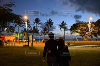 日没の前に立っているカップルの写真・画像素材[1732006]