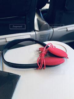 機内テーブルにヘッドホンの写真・画像素材[1764213]