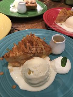 テーブルの上に食べ物のプレートの写真・画像素材[1726096]