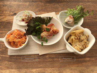 テーブルの上に食べ物のプレートの写真・画像素材[1729553]