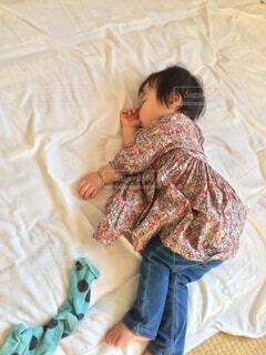 指しゃぶりしながらお昼寝の写真・画像素材[1815151]