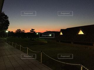 夜の街に沈む夕日の写真・画像素材[1726548]
