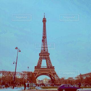 エッフェル塔の上部に時計と大きな背の高い塔の写真・画像素材[1726642]