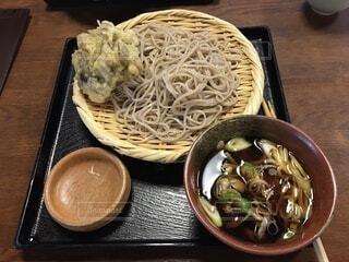 木製のテーブルの上に座っている食べ物のボウルの写真・画像素材[3411125]