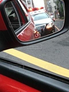 ミラーに写るパトカーの写真・画像素材[3493687]