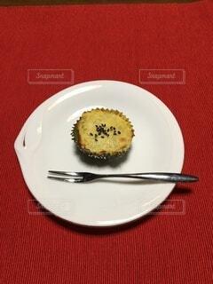 フォークとナイフの入った皿の写真・画像素材[3734058]