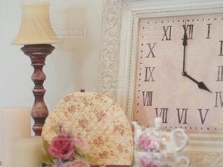 ケーキとまな板の上にある時計の写真・画像素材[1728673]
