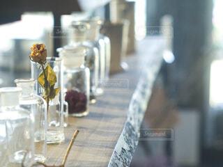 テーブルの上のボトルの写真・画像素材[4528649]