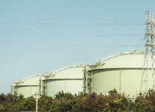大きい緑のガスタンクの写真・画像素材[4528655]