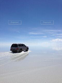 ウユニ塩湖を走る車の写真・画像素材[1729694]