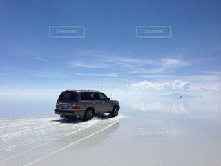 ウユニ塩湖を走る車の写真・画像素材[1729695]