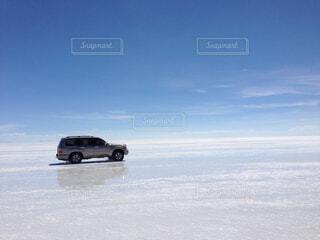 ウユニ塩湖を走る車の写真・画像素材[1729696]