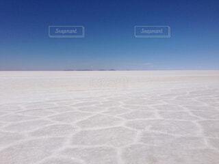 ウユニ塩湖の車窓からの写真・画像素材[1729700]
