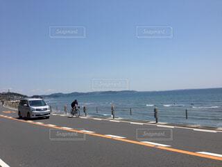 海岸線を走る車と自転車の写真・画像素材[1729767]