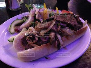 テーブルの上に食べ物のプレートの写真・画像素材[1741154]