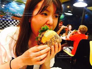 ハンバーガーをたべるの写真・画像素材[1730076]