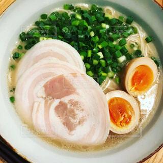 チャーシュー、煮卵、ネギが乗ったラーメンの写真・画像素材[1730723]