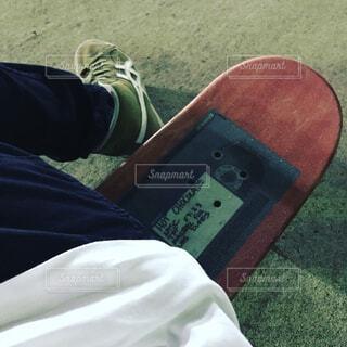 スケートボードに腰かけた足元の写真・画像素材[1730771]