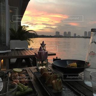 デッキテラスで夕日を眺めて食事の写真・画像素材[1731493]