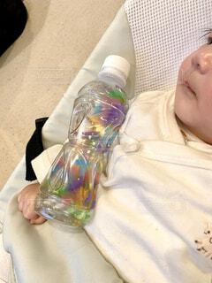 赤ちゃんとペットボトルのおもちゃの写真・画像素材[2811642]