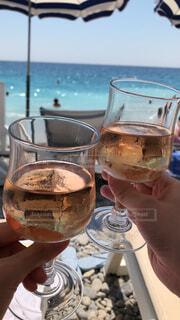 南仏ニースのビーチにて、ロゼで乾杯の写真・画像素材[1731628]