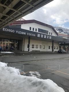 雪の側に署名している建物に道が覆われています。の写真・画像素材[1000759]