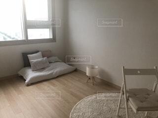 寝室ベッドと部屋の椅子の写真・画像素材[1731758]