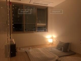 ベッドと部屋で机付きのベッドルームの写真・画像素材[1731761]