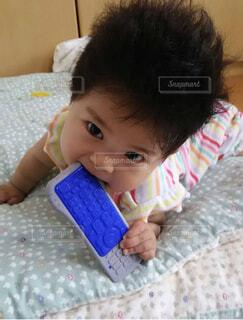 赤ちゃんのベッドの上で横になっています。の写真・画像素材[1739869]