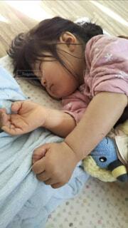 赤ちゃんのベッドの上で横になっています。の写真・画像素材[1745447]