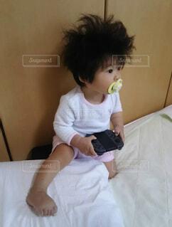 ベッドの上に座っている若い女の子の写真・画像素材[1747887]