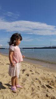 ビーチに座っている人の写真・画像素材[3592942]