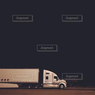 道路上のトラックの写真・画像素材[1737837]