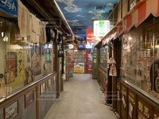 店の前の通りを歩いて人々 のグループの写真・画像素材[1750708]