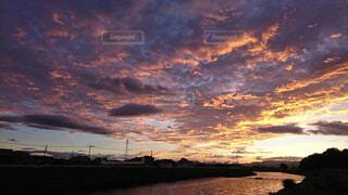 水の体に沈む夕日の写真・画像素材[1778400]